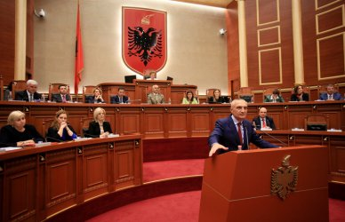 Депутатите в Албания си намалиха заплатите
