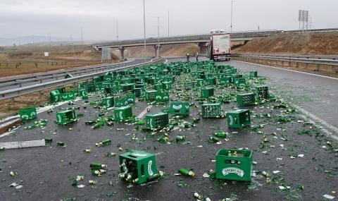 """Тир разсипа каси с бира на АМ """"Тракия"""", отбиват движението през """"Петолъчката"""""""